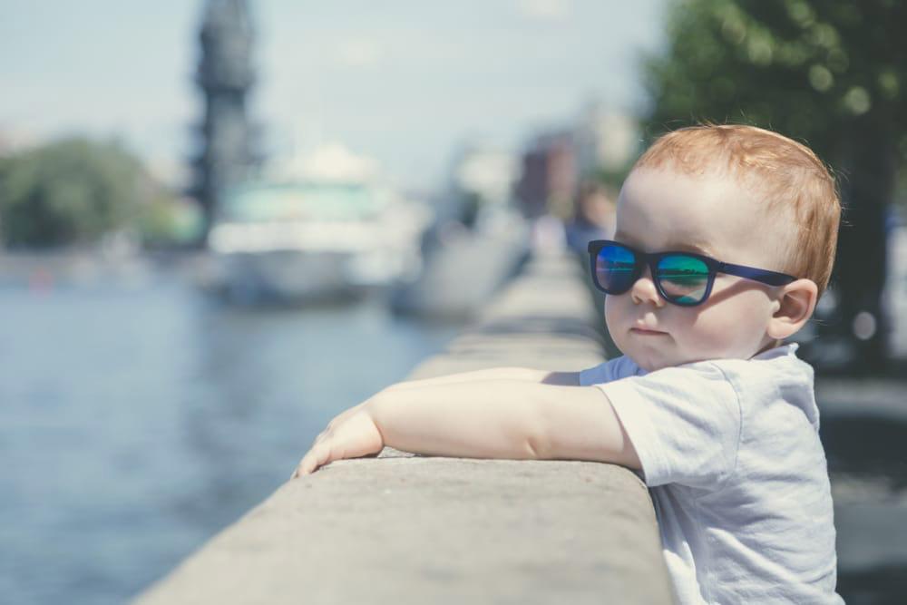 La importancia del uso de lentes de sol en niños